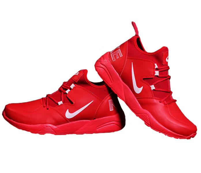 بیشترین حرکت ورزشی انسان راه رفتن و دویدن است. پس باید کفشی راحت برای اینکار انتخاب نمود. کفشهای مخصوص پیاده روی باید پاشنههای مناسب داشته باشند و از انعطافپذبری خوبی برخوردار باشند. ضربهگیر بودن از دیگر ویژگیهای یک کفش پیاده روی خوب است. همچنین برای دویدن کفشی مناسب است که علاوه بر داشتن ویژگیهای گفته شده بسیار سبک باشد و حرکت انگشتان پا داخل کفش در هر جهت آزادانه انجام شود.کفش مردانه nikeاز سری کفشهای مخصوص پیاده روی و دویدن می باشد که با سایزهای مخصوص آقایان ساخته شده است.دارای کفی نرم و انعطاف پذیر می باشد.به طور کلی این کفش یک کفش مناسب پیاده روی و دویدن است.